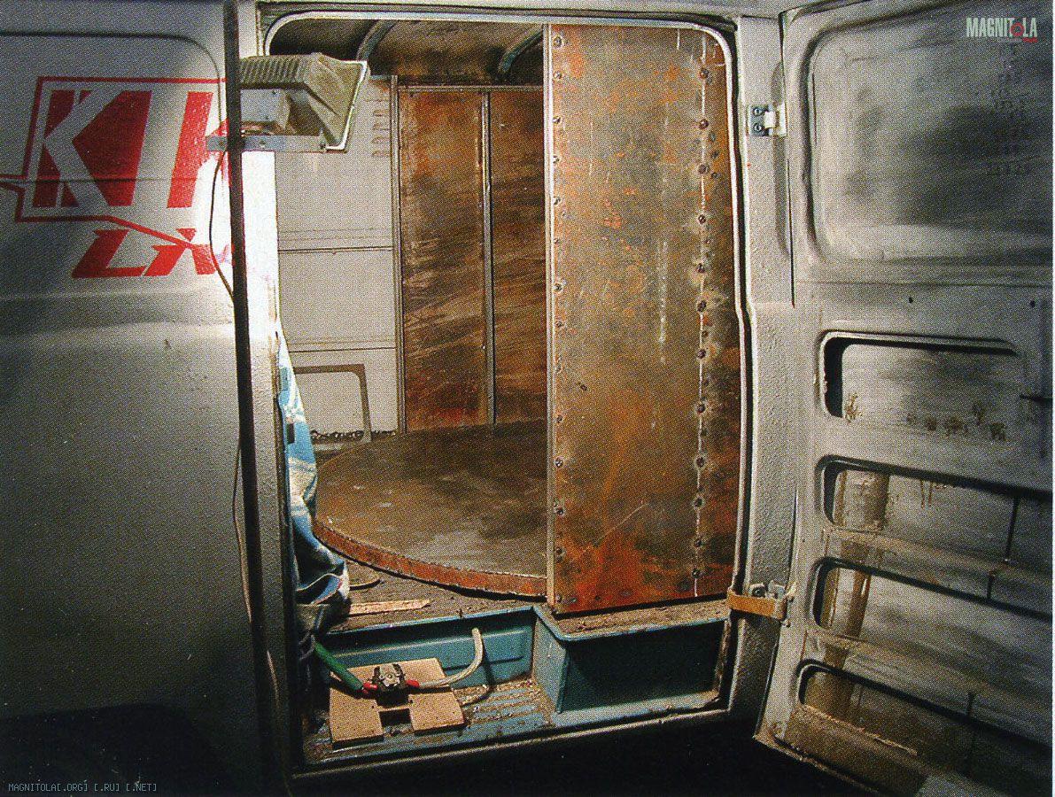 Предстояло ещё втащить через боковую дверь 300-килограммовую подвижную стенку. Втаскивали всемером, хотя рук было только двенадцать...